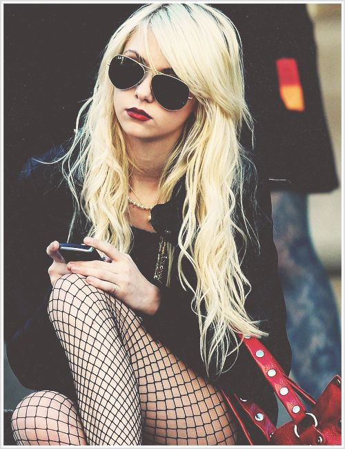 Taylor Momsen. beautiful girl who is not afraid to be herself!