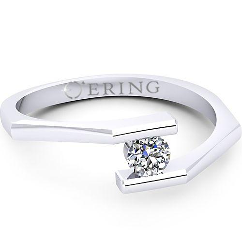 Inelul este realizat din aur alb 14k, greutate: ~1.50gr.                                     Produsul are in componenta sa: 1 x diamant, dimensiune: ~3.40mm, greutate: 0.15ct , culoare: G, claritate: VS2