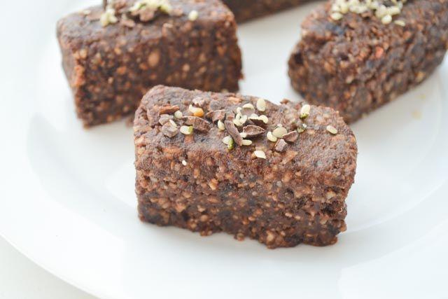 Deze raw brownie repen met hennepzaad bevatten ook nog eens extra veel eiwitten, dus zijn ze perfect voor na het sporten!