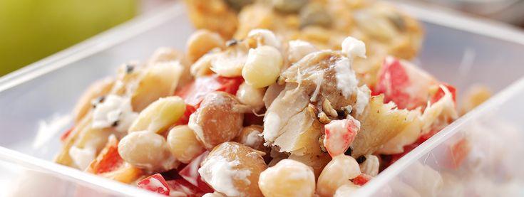 Lo yogurt esalta questa insalata aromatica. Ideale per cena o come una prelibatezza a pranzo.