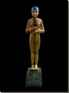 De scheppergod Ptah, Egyptisch Museum, Caïro.Ptah was de lokale god van de stad Memfis en hij is een van de oudste Egyptische goden. Volgens de scheppingsmythe van Memfis schiep Ptah eerst zichzelf en creëerde daarna de andere negen belangrijke goden van de Enneade. Hij deed dit door de goden met zijn hart te bedenken en hun namen hardop uit te spreken. Lees het volledige artikel op Kemet.nl