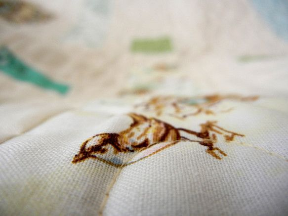 ナチュラルな優しい色と鳥をモチーフにしたコットンプリントで作ったシンプルなキルトです。洗っていただくと柔らかい風合いが出ます。ツインベッドサイズです。毛布やベ...|ハンドメイド、手作り、手仕事品の通販・販売・購入ならCreema。