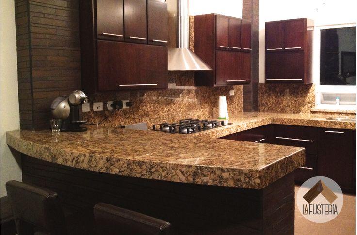 Cocina de madera estilo moderno con cubierta de granito. #cocina #kitchen #granito #madera