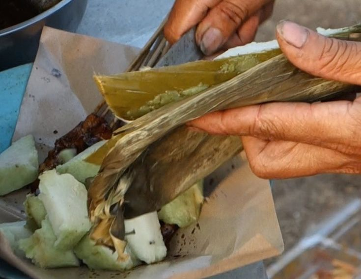 Lontong - rice cakes cooked in a banana leaf - authentic Indonesian recipe from a village on Lombok island, Indonesia (source: my personnal food and travel blog / vlog with recipes, authentic video recipes, street food, food and travel documentary, travel info and more. Welcome! :) )