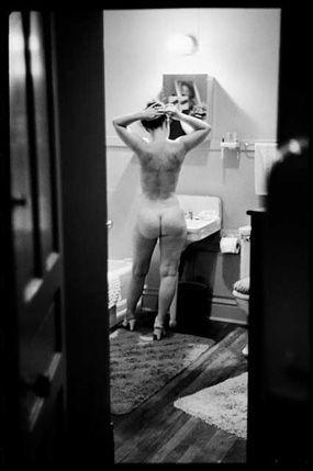 Simone de Beauvoir photographed por Art Shaw en casa de Nelson Algren. Momentos excitantes compartidos