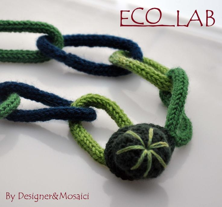 COLLANA ANELLI VERDI  Collana realizzata in lana(70%lana,30%acrilico) sui toni del verde, il simpatico bottone realizzato all'uncinetto oltre che a caratterizzare la collana fa anche da chiusura per gli anelli.