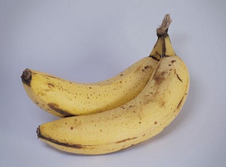 Семь проблем, от которых можно избавиться при помощи двух бананов. Сэтого дня инапротяжении недели поставьте небольшой эксперимент: съедайте ежедневно подва банана. Например, можно перекусить бананом между завтраком иобедом. Зачем?  Фактрум приводит целых семь …