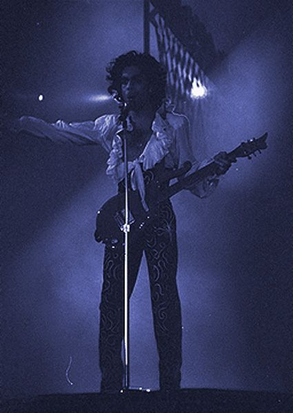 It's a crazy rare photo of Prince 1988: