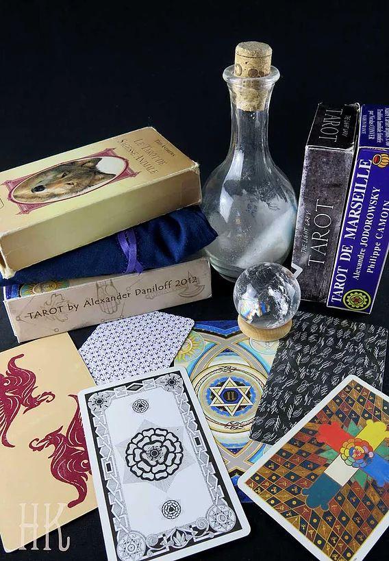 Urban Arcana - Le BABA du Tarot - Puisqu'on me le demande souvent, voici quelques notions de base sur la cartomancie ainsi que des techniques et idées en vrac afin de trouver un bon Tarot et aller à la rencontre de ce nouveau trésor!