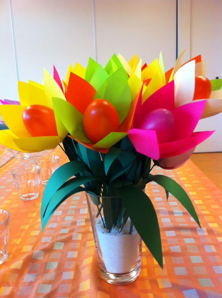 Tulpen gemaakt van papier en plastic eieren