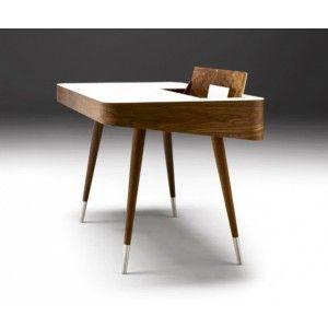 AK 1330 Skriverbord fra Naver Collection i Valnød  Dette smukke og funktionelle skrivebord er skabt af arkitekt Ebbe Gehl. Bordpladen er i hvid Corian med en klap som skjuler et rum til opbevaring. I skufferne er der plads til en Laptop eller Ipad.  Mål: 124 x 70 x 73 cm Materiale: Valnød m/ hvid Corian på toppen.