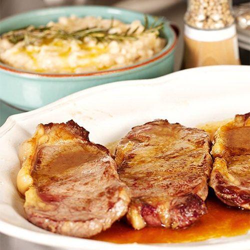 Nigella Lawson Snelle steak met witte bonenpuree, uit het kookboek 'Nigella Express' van Nigella Lawson. Kijk voor de bereidingswijze op okokorecepten.nl.