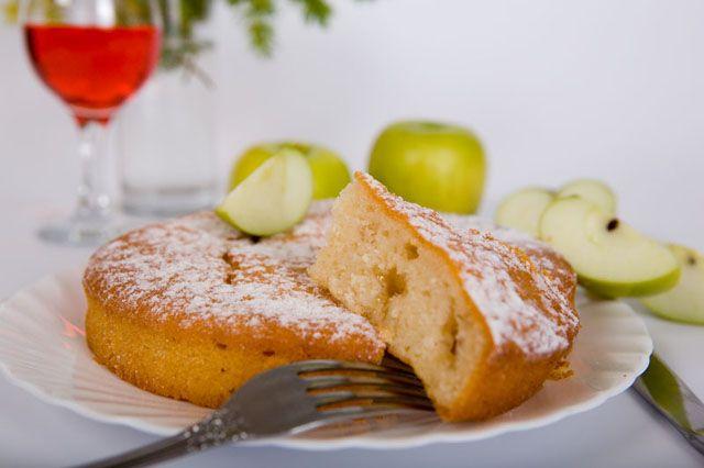 диетический пирог  Ингредиенты:  яйцо — 1 штука, 5-6 крупных яблок с кислинкой (например Антоновка), обезжиренный кефир или йогурт (он менее кислый) — 500мл, сода для гашения, овсяные хлопья (желательно Экстра) — 4ст.л., манная крупа — 4ст.л., немного ванили или корицы (кому как больше нравится), можно добавить изюм или курагу.