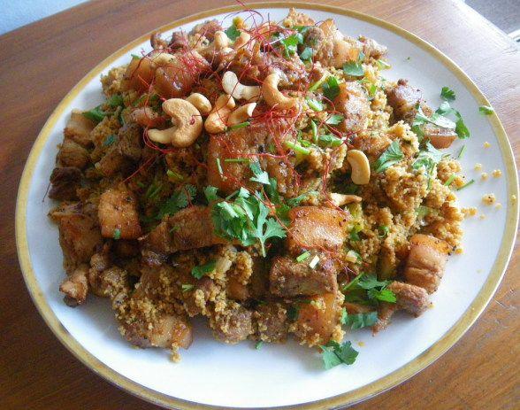 Rezept der griechischen kleinasiatischen Küche: Scharfe Fetzen vom Schweinebauch im Couscous