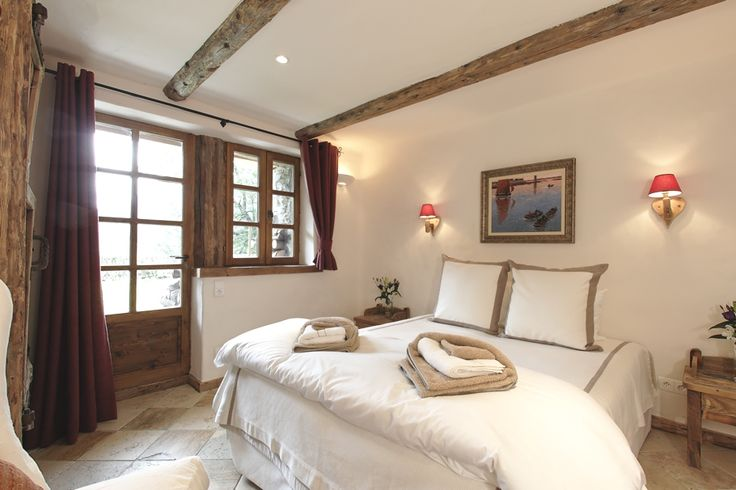 Цвета стен и текстиля в спальне должны быть светлых оттенков. По васту для спальни очень благоприятны светло зеленые, светло-голубые и светло-розовые тона.