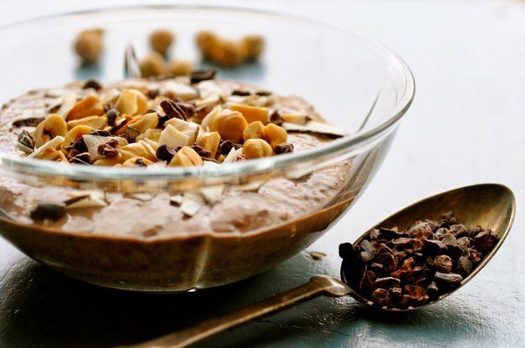 Sund kakaomousse med chiafrø, mandelmælk og banan