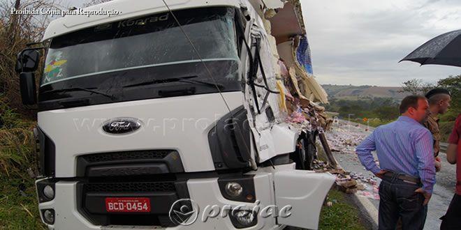 Após colidir com uma carreta, motorista de caminhão é levado ao Pronto Socorro - http://projac.com.br/noticias/apos-colidir-com-uma-carreta-motorista-de-caminhao-e-levado-ao-pronto-socorro.html