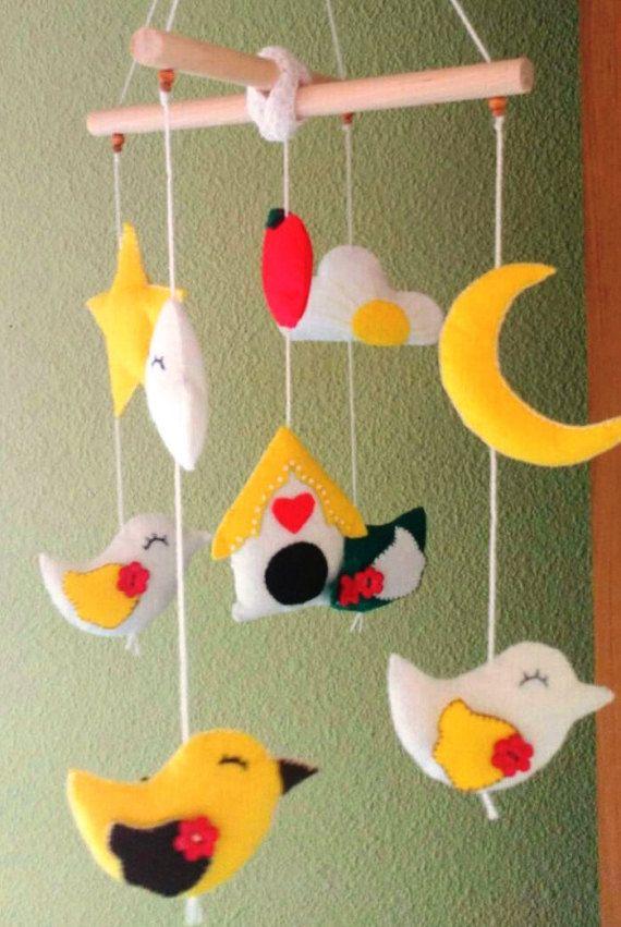 ¡ Hola! ¡ Bienvenido a mi tienda! Este móvil está hecho a mano y coser contiene: 4 aves, nube 2, 1 manzana, 1 Luna, 1 estrella y 1 casa  Medidas aproximadas: Palillos de madera: 21 cms (aproximadamente 8,26 pulgadas) El tamaño de las aves: ength 8.5 cms (3,34 pulgadas) ancho: 5 cm (1,97 pulgadas) Manzana: 5 cms (1,97 pulgadas) Nubes: Largo 8 cms (3,15 pulgadas) ancho: 5 cm (1,97 pulgadas) Luna: 7 cm (2,75 pulgadas) Estrella: 10 cm (3,94 pulgadas) Casa: Longitud 6.5 cms (2,55 pulgadas) alto…