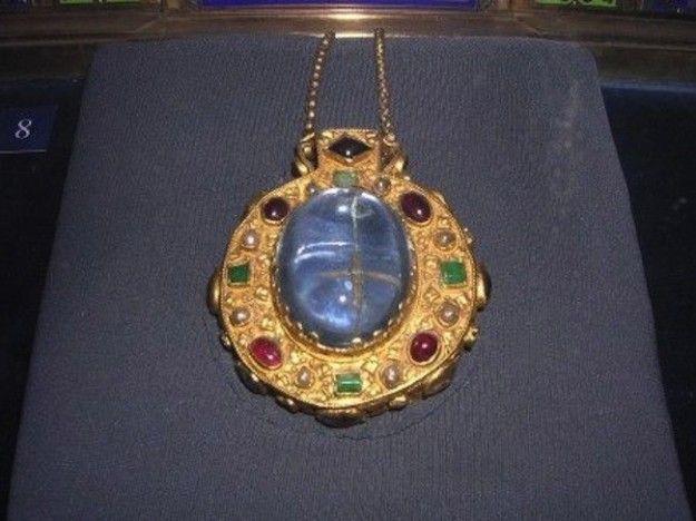 Medaglione di Carlo Magno con doppio zaffiro cabochon che contiene la reliquia della Santa Croce