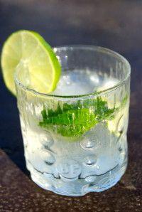 Le cocktail des vacances par excellence... Celui qui nous transporte immédiatement sur les plages de rêves d'Amérique du Sud! Ingrédients pour 1 verre: 6cl de rhum blanc 6 feuilles de menthe fraîche 1/2 citron vert de l'eau gazeuse (type Perrier par exemple)...
