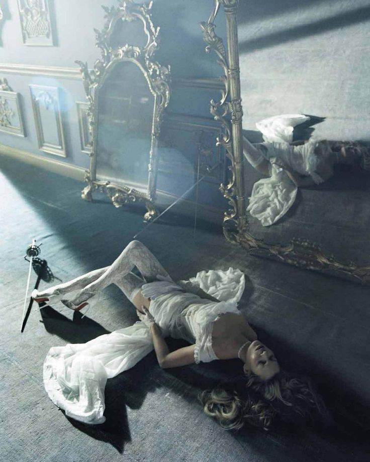 """2,751 Me gusta, 15 comentarios - FashionPhotographyAppreciation (@fashionphotographyappreciation) en Instagram: """"The incomparable Kate Moss photographed by Tim Walker in """"Beauty and the Beast"""" for Vogue Italia…"""""""