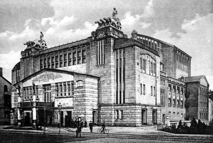 Das beste im Westen: Das Theater Dortmund ist mit über 500 Mitarbeitern eines der größten Theater Deutschlands. Es gliedert sich in die fünf Sparten Schauspiel, Konzerte, Musiktheater, Ballett sowie dem Kinder- und Jugendtheater. Unter der Leitung von Kay Voges feiertet das Schauspielensemble zuletzt nationale und internationale Erfolge.