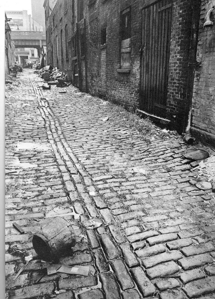 Berenice Abbott - Changing New-York cobblestone alley