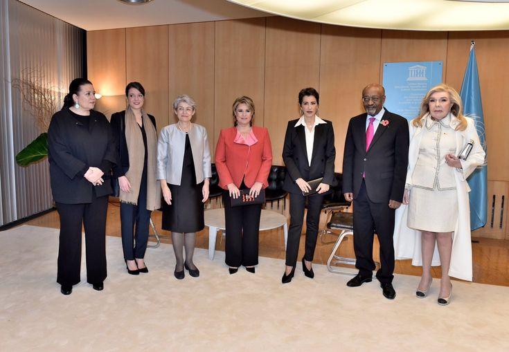 A Paris à la maison de l'UNESCO, la grande-duchesse Maria Teresa de Luxembourg, sa fille la princesse Alexandra et la princesse Lalla Meriem du Maroc ont assisté à une cérémonie d'hommage rendue à Madame Irina Bokova, Directrice générale de l'UNESCO, au terme de son mandat à la tête de cette organisation. Etaient aussi présents (pas …