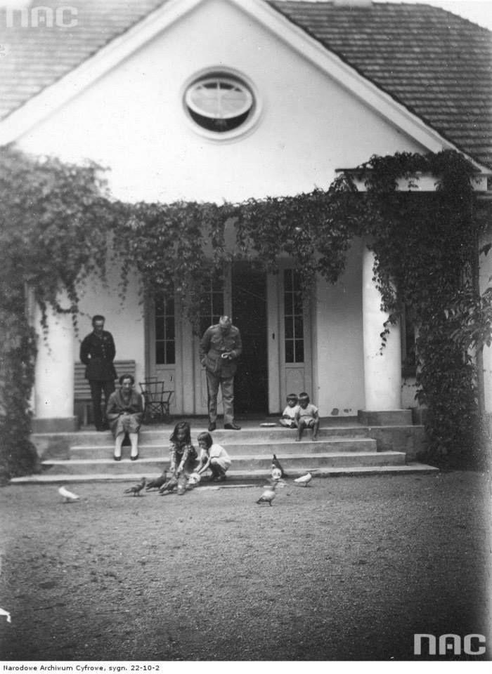 Józef Piłsudski przed willą w Sulejówku, między 1923 a 1926.  http://audiovis.nac.gov.pl/obraz/214119/eb4e5fe9d84735f0e0936702db14533b/