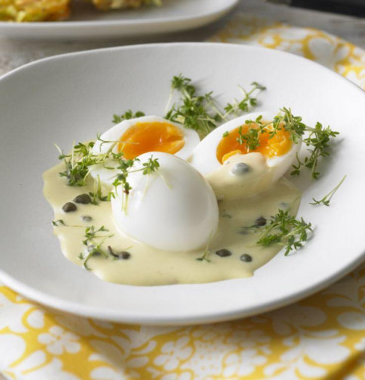Eier in Kapern-Senf-Sauce: ein deutscher Klassiker, den jeder mal probiert haben sollte. Dazu gehören Kartoffelpüree oder Salzkartoffeln.