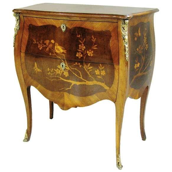 Cômoda, estilo francês, estilo Luís XV, em madeira com marqueterie floral e pássaros, com 2 gavetas. Guarnições em bronze. Med. 80x74,5x42cm.