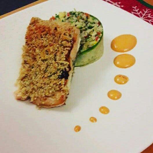 Salmon en costra de almendras parmesan y naranja con ensalada Dr quinoa y cous cous con vegetales