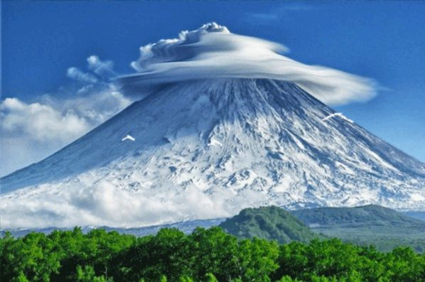 Ψυχαγωγία γύρω από την κορυφή του βουνού σύννεφα επιπλέουν πάνω από τα δέντρα στους πρόποδες του τα πουλιά πετούν, SIFCO γύρω από την κορυφή του βουνού σύννεφα επιπλέουν πάνω από τα δέντρα στους πρόποδες των πουλιών πετούν