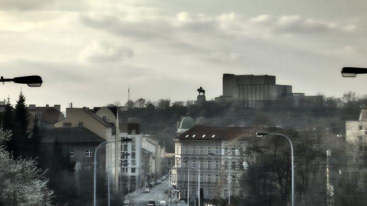 Pohled na Památník Vítkova přes Prokopovu ulici