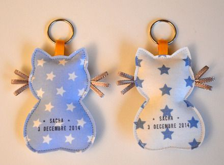 A offrir à l'occasion d'une naissance : des porte-clés personnalisés en forme de petits chats. Le devant est en coton imprimé, le dos est en simili cuir argenté. Moustache – 11833663