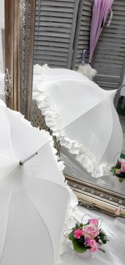 wedding accessories, wedding umbrella, french boutique, fanfreluches,ombrelle,parapluie rétro,parapluies chic,frou fou,parapluie à  volants,mariage pluvieux,accessoires pour photos de mariage,accessoires pour mariage
