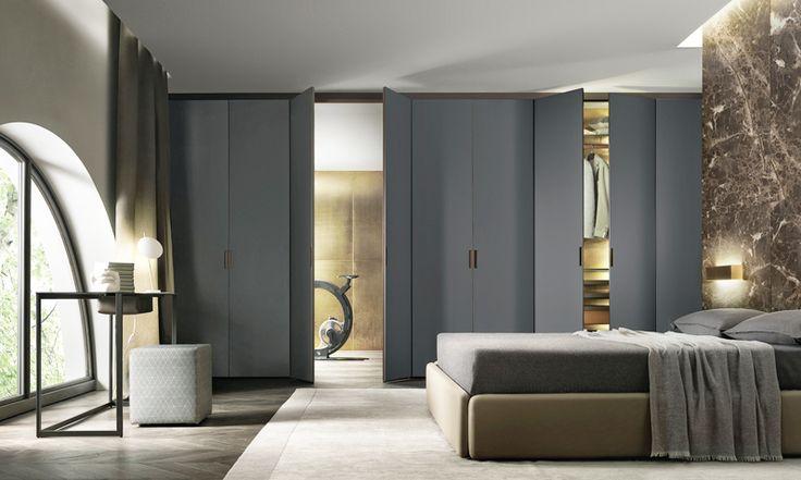 Rimadesio, założona w Giussano pod Mediolanem w 1956 roku jest wiodącym na świecie producentem drzwi i paneli przesuwnych z dowolnie barwionego szkła i aluminium. A także: aluminiowo – szklanych garderób, bibliotek oraz stołów. Estetyczne cele firmy obejmujące minimalizm i ekstremalną precyzję doskonale wyraża dążenie do zminimalizowania rozmiarów profilów aluminiowych i ościeżnic.