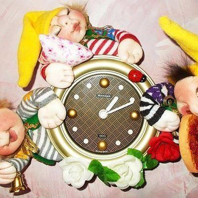 Часы с гномиками. Диаметр часов 20 см, размер одного гномика 15 см. Материал: текстиль. Часы с одной батарейкой. #купитькуклу #продамкуклу #текстильнаякукла #кукла #часы #дом #подарок