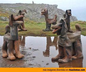 Unos divertidos perros creados con botas de agua.