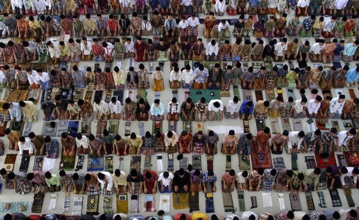 Ramadan, preghiera e digiuno. Una carrellata di immagini da tutto il mondo, nei primi giorni del mese sacro dell'Islam. (Reuters/Roni Bintang)