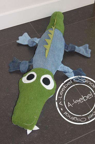 Krokodil van old jeans. Made by www.A-leebel.nl