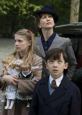 Ceci est Bruno avec sa mère et sa sœur, ici ils arrivent juste à Aushwitz. Toute la famille a dû déménager parce que leur père a été promotion au travail. Ils sont une famille riche. Ils ne remarquent pas une grande partie de la guerre. Mais la fille était obsédé par les nazis et Hitler. Quand la mère découvre que le père n'est pas un homme bon, elle veut revenir avec ses enfants. Mais Bruno est perdu lorsque l'aide Shmuel trouver son père.