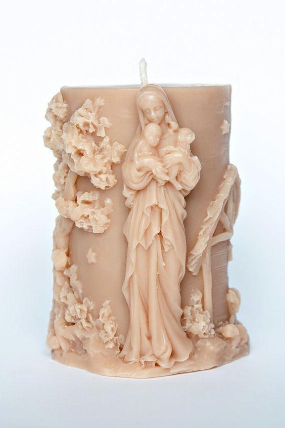 VELA: Las velas están hechas de cera. Un material que muy fácilmente se puede tallar y modelar.