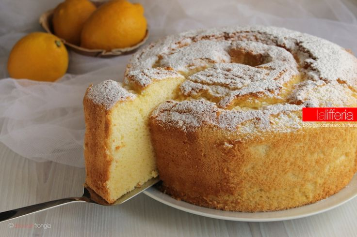 La chiffon cake al limone è un dolce americano sorprendente: un ciambellone alto, gonfio e incredibilmente soffice, saprà stupirvi con la sua morbidezza.