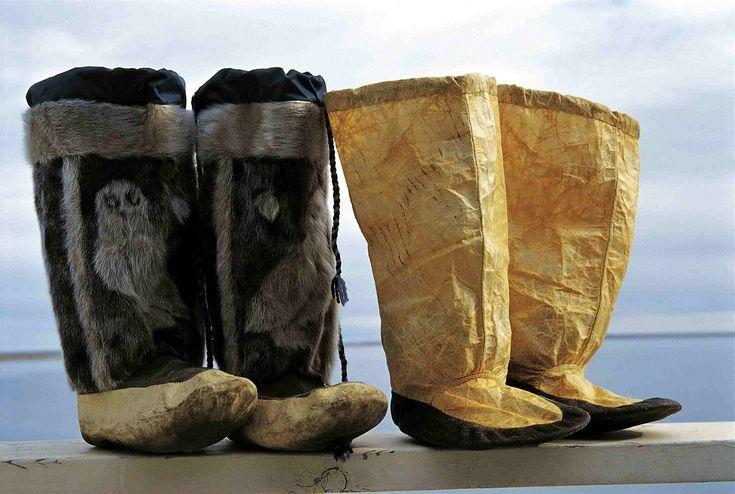"""Der Begriff Inuit-Kunst umschreibt die künstlerischen Aktivitäten kanadischer Inuit, die um die Mitte des 20. Jahrhunderts begannen und in der Folgezeit auf dem internationalen Kunstmarkt einen eigenen Sektor eroberten, den Sektor """"Zeitgenössische kanadische Inuit-Kunst"""". Vor dieser Zeit von den Inuit geschaffene künstlerische Gegenstände, die überwiegend als """"funktionsbezogene Kunst"""" einzustufen sind, werden dagegen im Allgemeinen der Ethnologie oder Völkerkunde zugeordnet, und sie sind…"""