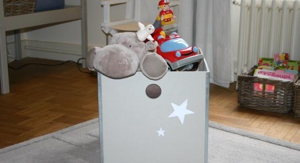 Mettez des étoiles dans les yeux des tout-petits en réalisant ce coffre à jouets très chic, grâce à la technique du pochoir. Notre pas à pas est un vrai jeu d'enfant !