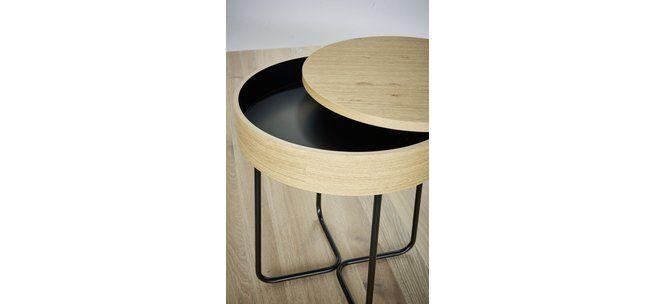 Clubtisch Selma aus der Kollektion Contur RAUM.FREUNDE in Eiche furniert mit filigranen schwarz lackierten Metallbeinen.