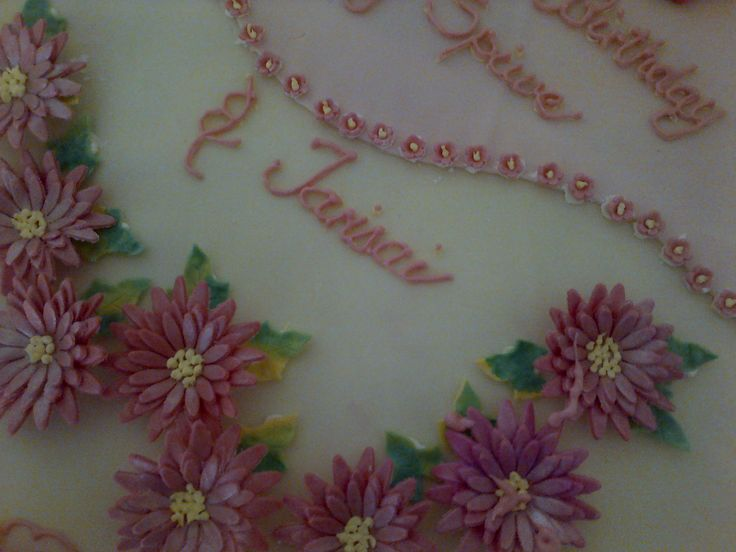 More daisy detail and small flower detail between two colors of fondant