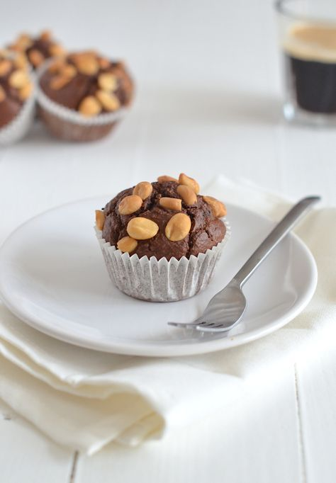 Havermoutmuffins. Ze smaken naar Snickers, alleen ze zijn niet zo slecht als deze goddelijke candybars.