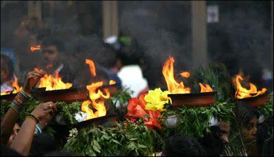 Pendant le défilé de la Fête de Ganesh, les femmes tiennent sur leurs têtes des pots de terre cuite dans où brûle du camphre.